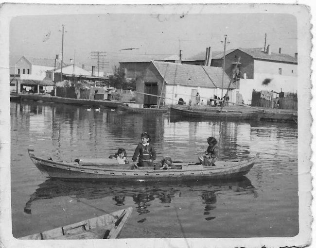 Memoria Fotográfica: Imatge del Port d' EL SALER amb la Casa de 'Severino', la Casa/Port de 'Ventura', la Casa del 'Tio Donís', i la Casa de la 'Tia Rulla' de fons. Fuente: facebook PortdelSaler