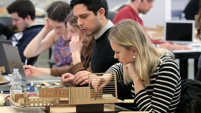 Estudiantes de Arquitectura trabajando