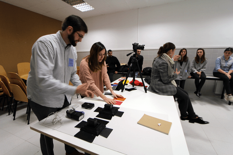 Martín got the equipment ready for action, while Rocío explained the curious students what was going to be the focus of this workshop.