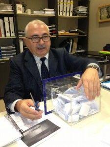 Momento del sorteo, el profesor D. Jesús Saiz