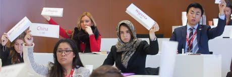 Estudiantes representando a sus países