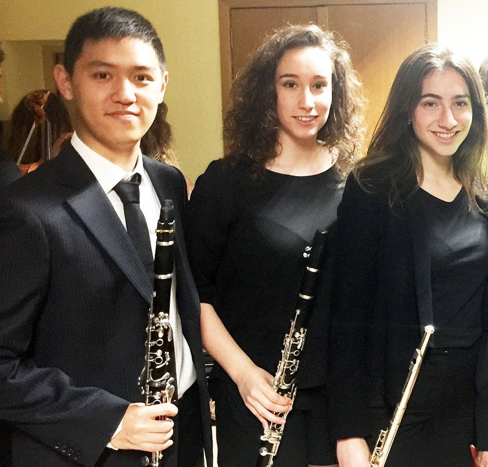 Dennis feels part of the university community thanks to the Camerata / with Cristina and Pilar Ortín, clarinet and flute players.