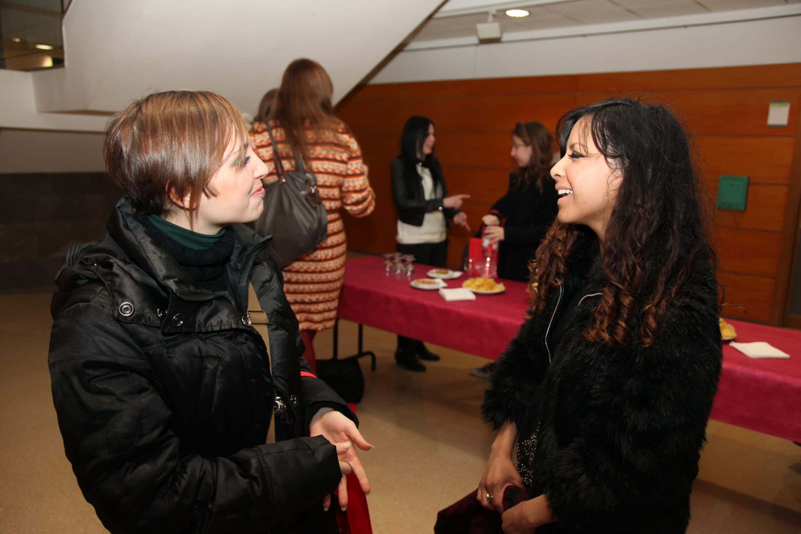 Yeslin from the International Relations Office at the CEU-UCH speaking to Italian student, Laura