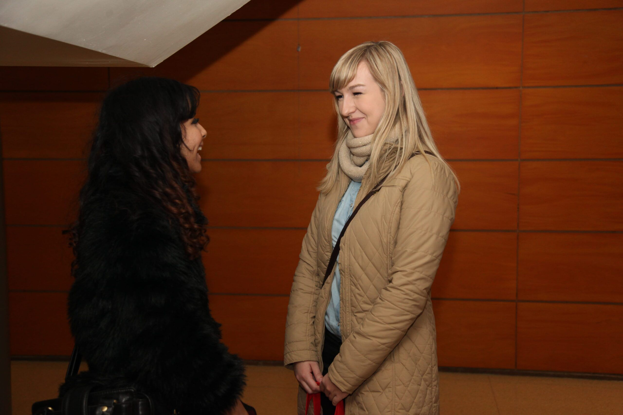 Yeslin from the International Relations Office at the CEU-UCH speaking to Justyna, an Erasmus student from Poland.