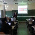 Fotografía de Ramón Ferrandis impartiendo una clase a alumnos de odontología en el CEU Valencia