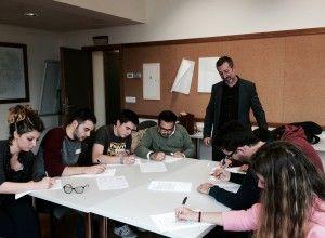 Alumnos de Ciencias Políticas preparando el caso práctico