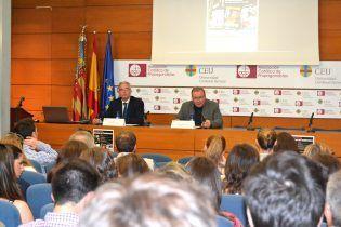 El Prof. Hugo Aznar, Director de Departamento de Ciencia Política, inaugurando el ciclo.