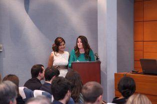 Ana y Nuria, alumnas de 5º de Licenciatura, pronunciando su emotivo discurso.