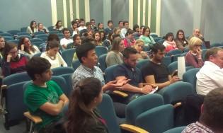 Asistentes al cine forum participando en el coloquio