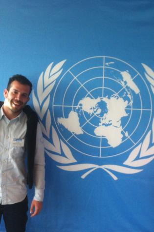 Mateo, politólogo antiguo alumno de Ciencias Políticas, trabajando en Naciones Unidas