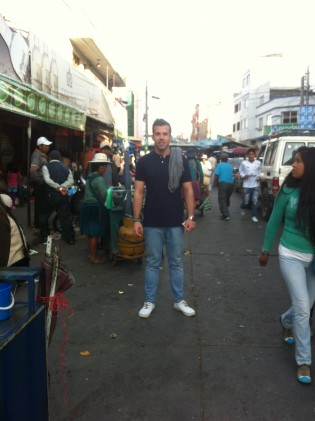 Mateo en un mercado de Bolivia