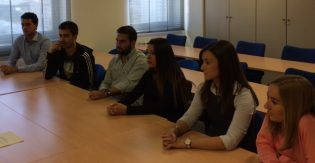 Alumnos de 4º CC.PP. atiende la explicación de los funcionarios