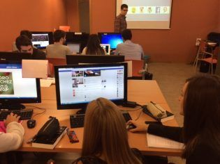 Alumnos de Ciencias Políticas analizando los perfiles de los políticos en redes sociales