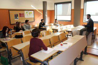Cámara trata con los alumnos de CCPP los retos de los partidos políticos