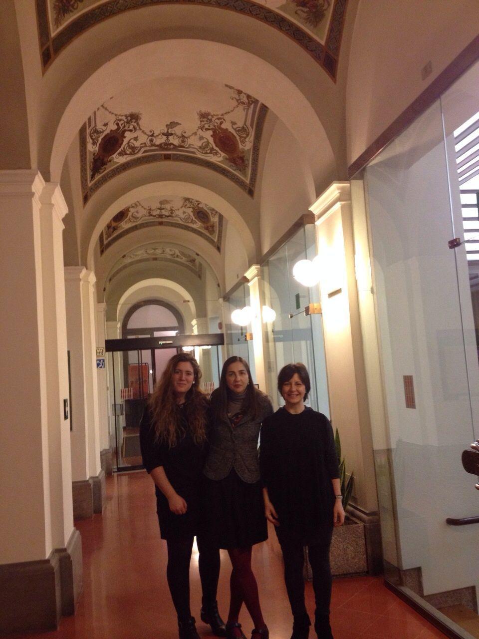 Rosa Estevan, Dña. Rosalba Iannucci (su tutora en la Asamblea, en la que es dirigente del Servicio de Estudios) y la Profa. Susana Sanz