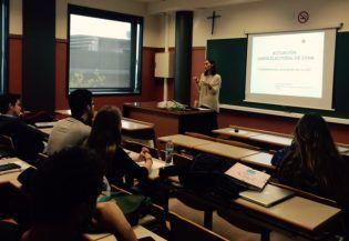 Alumnos de 4º de Ciencias Políticas atendiendo a las explicaciones de la Magistrada