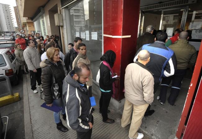 Desempleados en la cola del INEM. Fuente: Las Provincias
