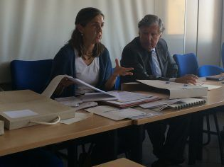 Covadonga Rico, jefa provincial de MUFACE, muestra a los alumnos el material electoral