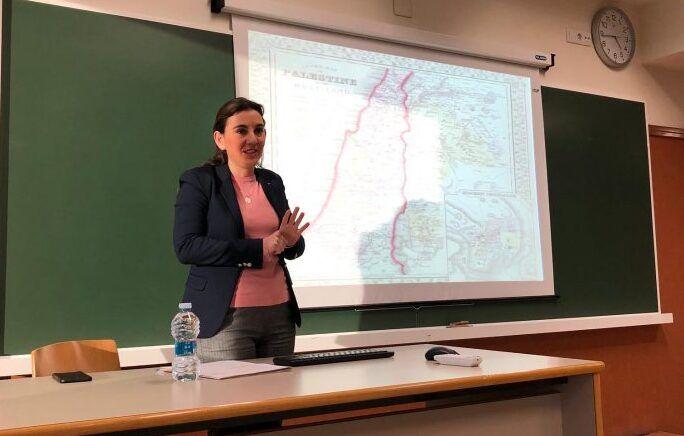 Randa Hasfura explicando la historia de Palestina