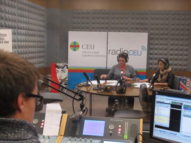 boletín informativo. Rocío Raga y Eva Corberá prestaban su voz, y Javier Abadía  realizaba las labores del control técnico.