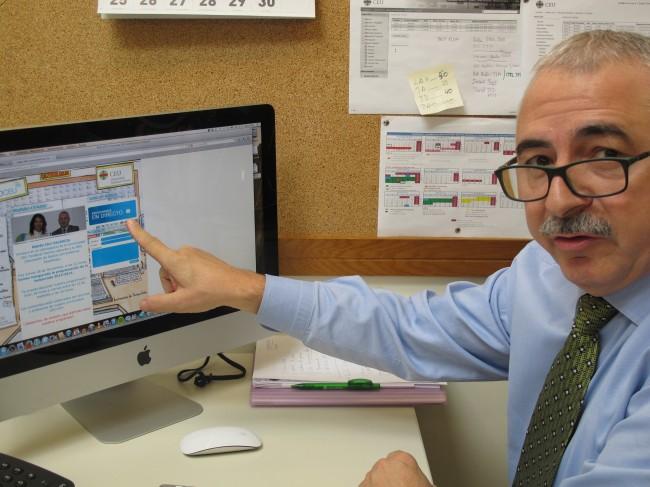 El profesor Saiz monitorizando la emisión desde su despacho.