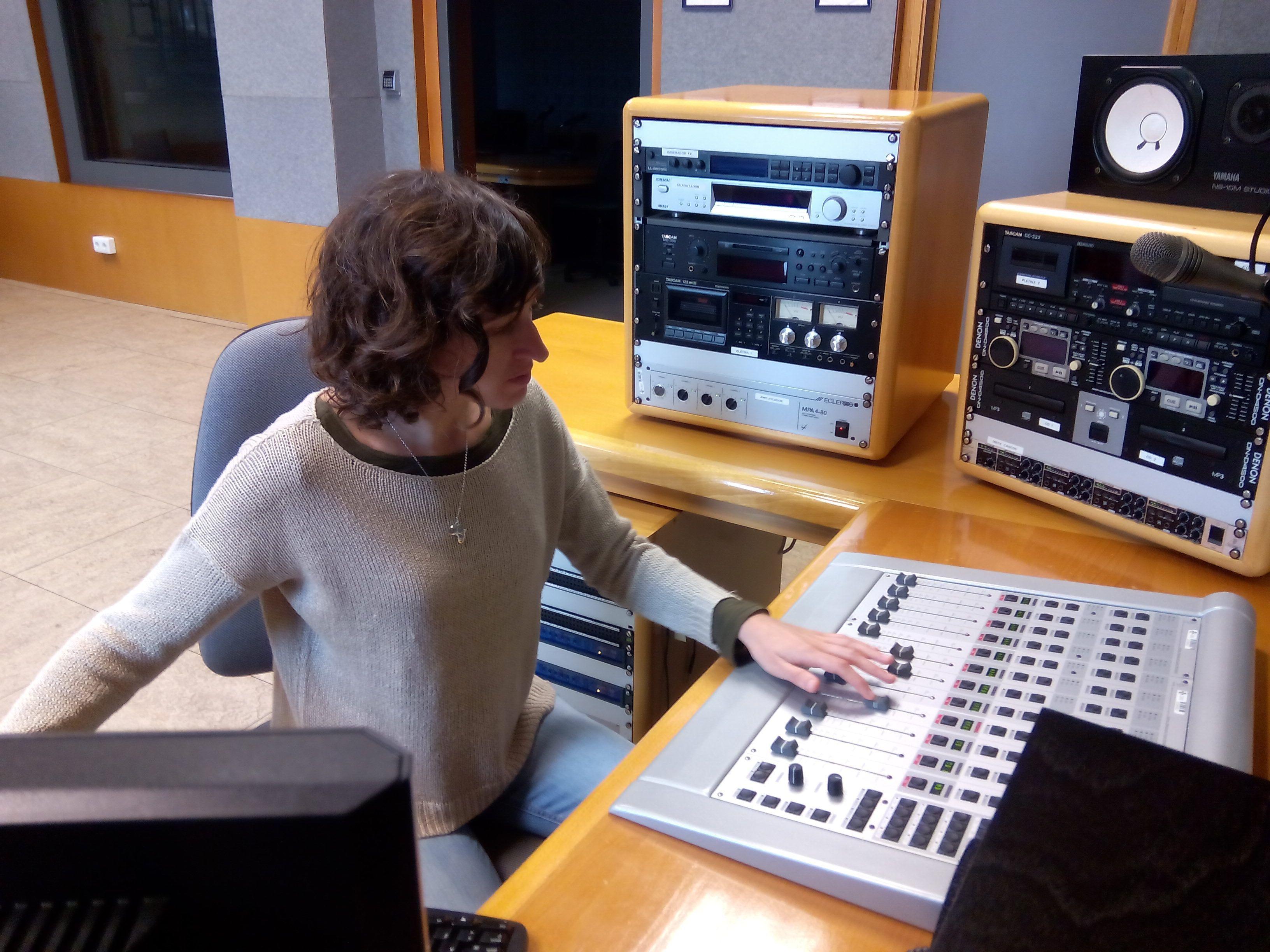 Ana en el control de radio
