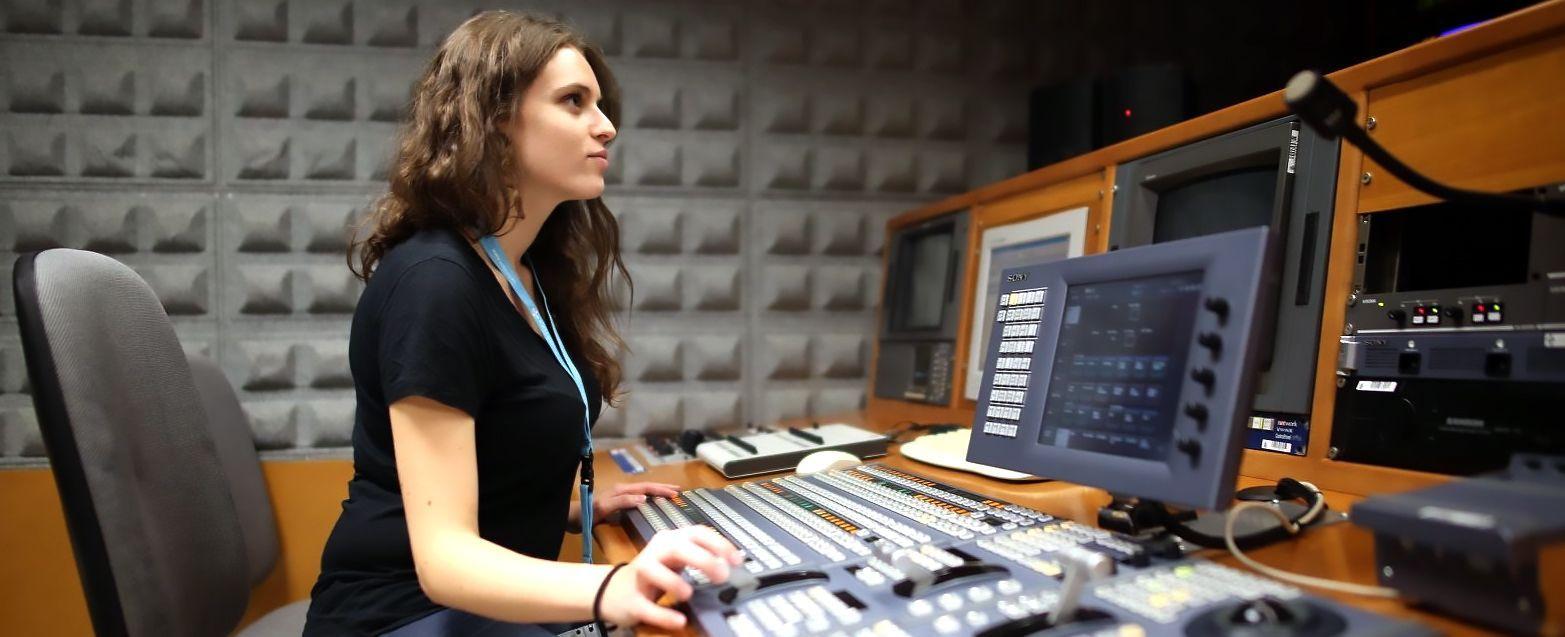 Clara Calata (probando la mezcladora) - Beca tele