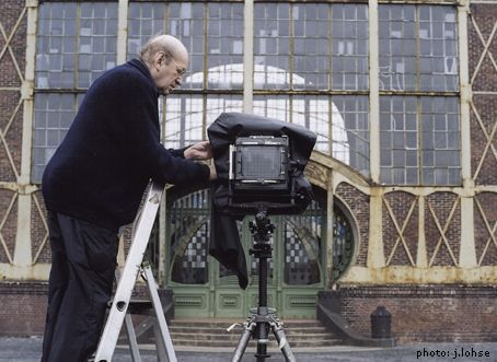 Bernd Becher montando cámara de banco óptico en un paisaje industrial