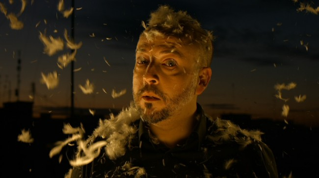 """Frame del videoclip """"Parole""""."""