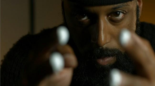 """Aaron Knight en un frame del videoclip """"Parole""""."""
