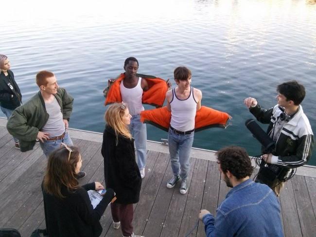 Carmen Errando, Dirección de Arte, Luís Lucho, Técnico de Sonido y Adolfo Carceller, Ayudante de Cámara, hablan con los actores.