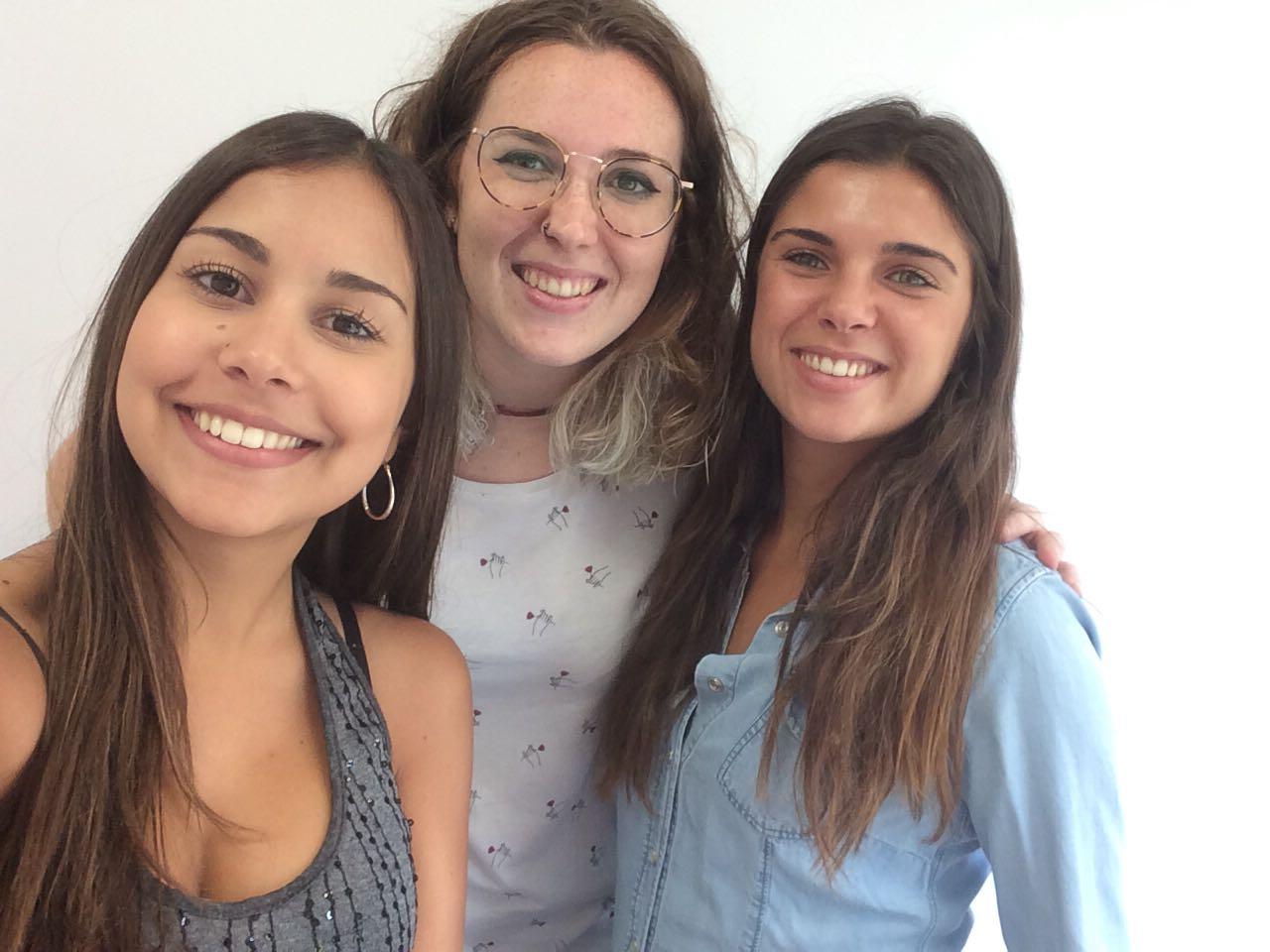 Sara Sanmartín, estudiante de Comunicación Audiovisual, con dos de sus compañeras de Red Points
