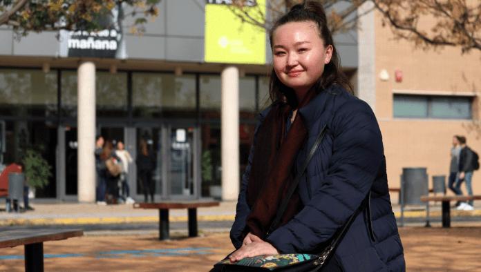 Estudiante internacional frente al Centro de Producción Audiovisual