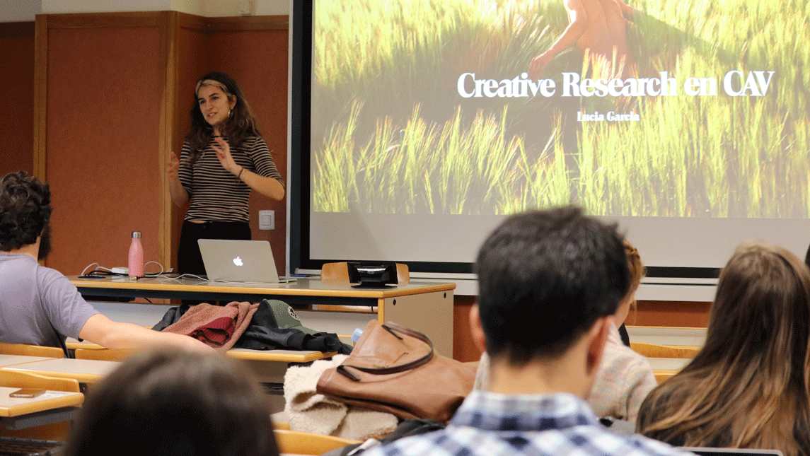A photo of Lucía Garcia during the talk to the students of CEU UCH.