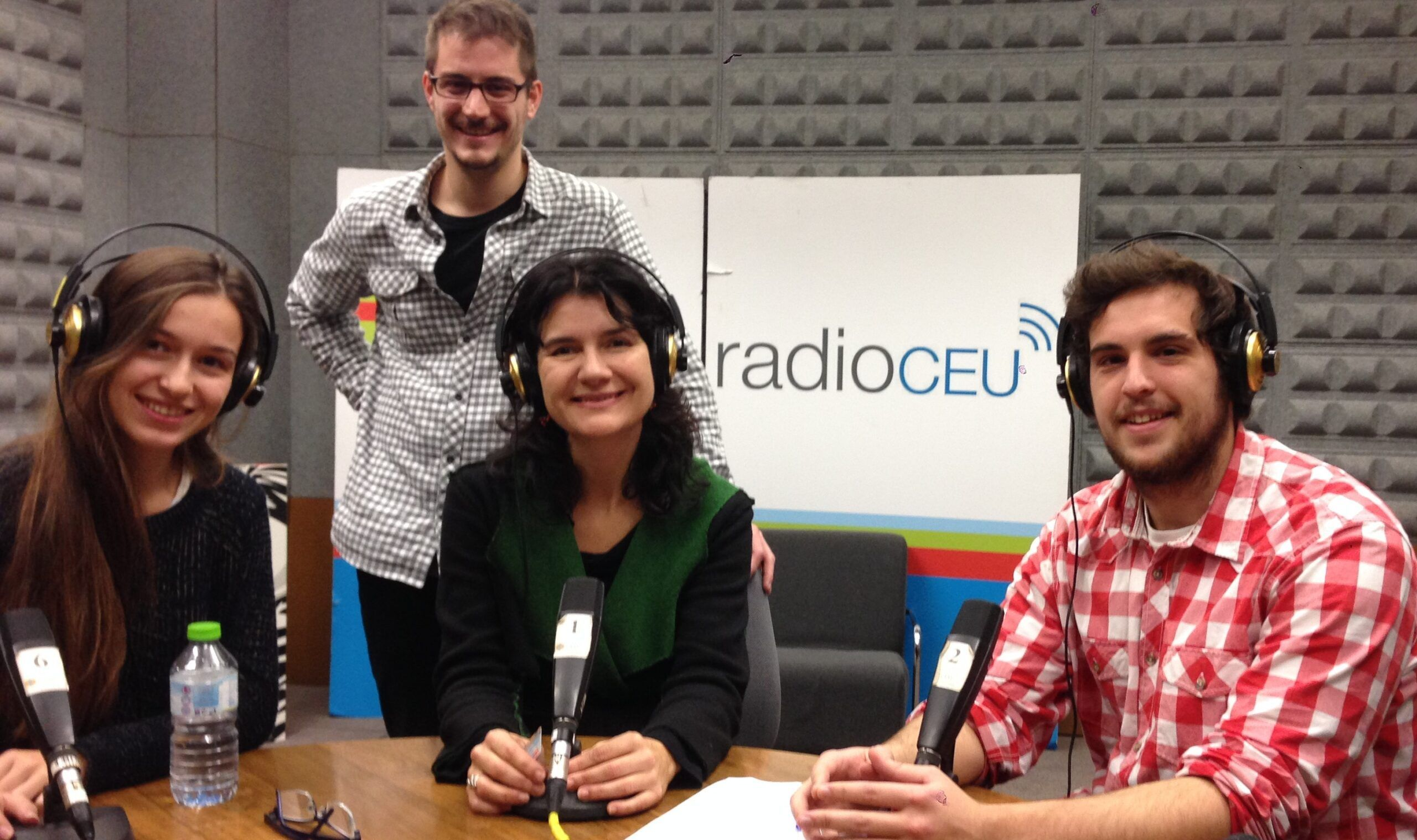 "The Radio CEU Programm Director, Professor Kety Betes, with Teresa Piquer y Luis Liñana, news readers of ""La Torre de Babel"", and, behind, Carlos Codoñer, control technician."