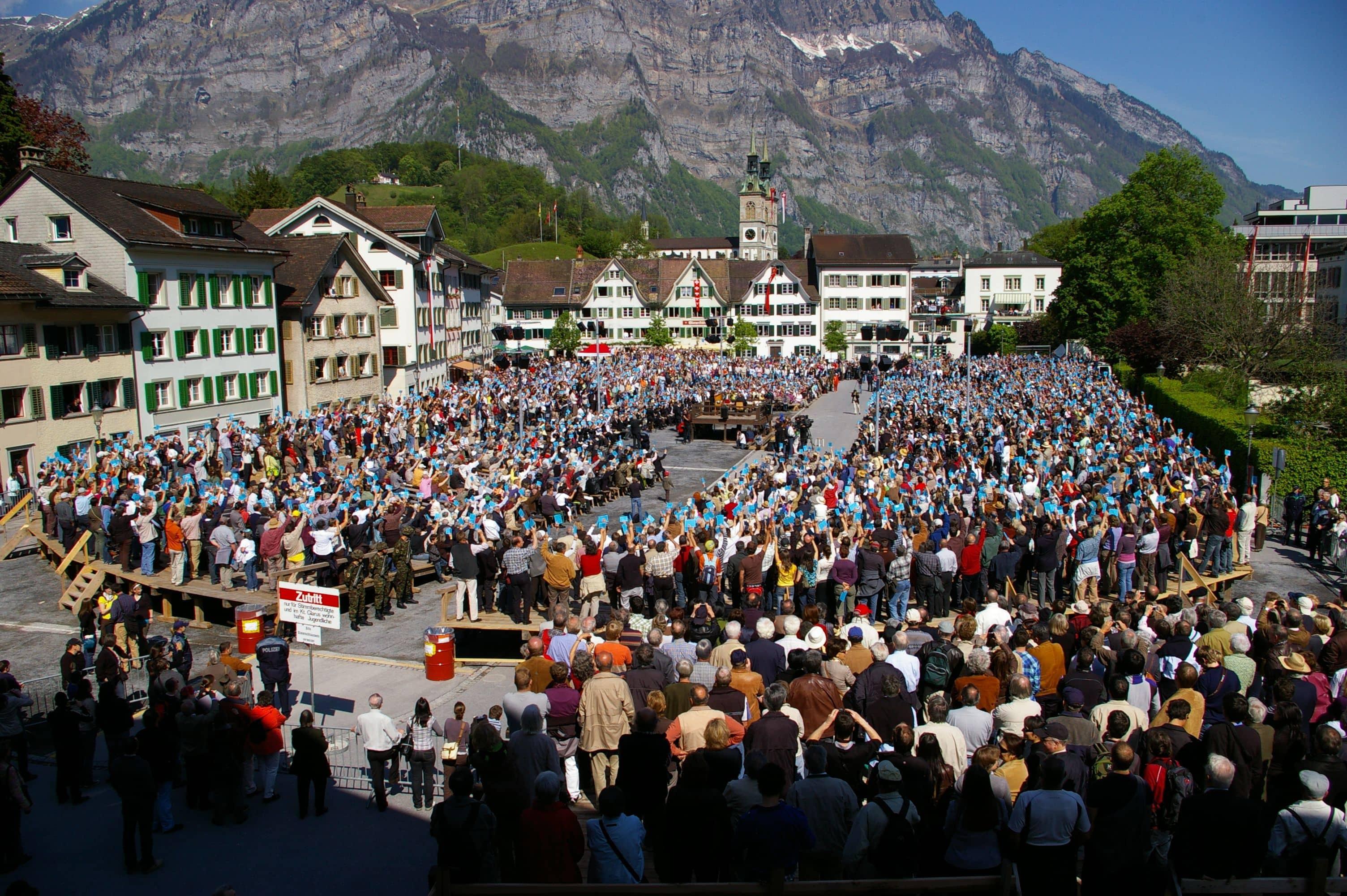 Fuente: http://upload.wikimedia.org/wikipedia/commons/7/7d/Landsgemeinde_Glarus%2C_2009.jpg