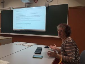 La profesora Corcoy durante la sesión