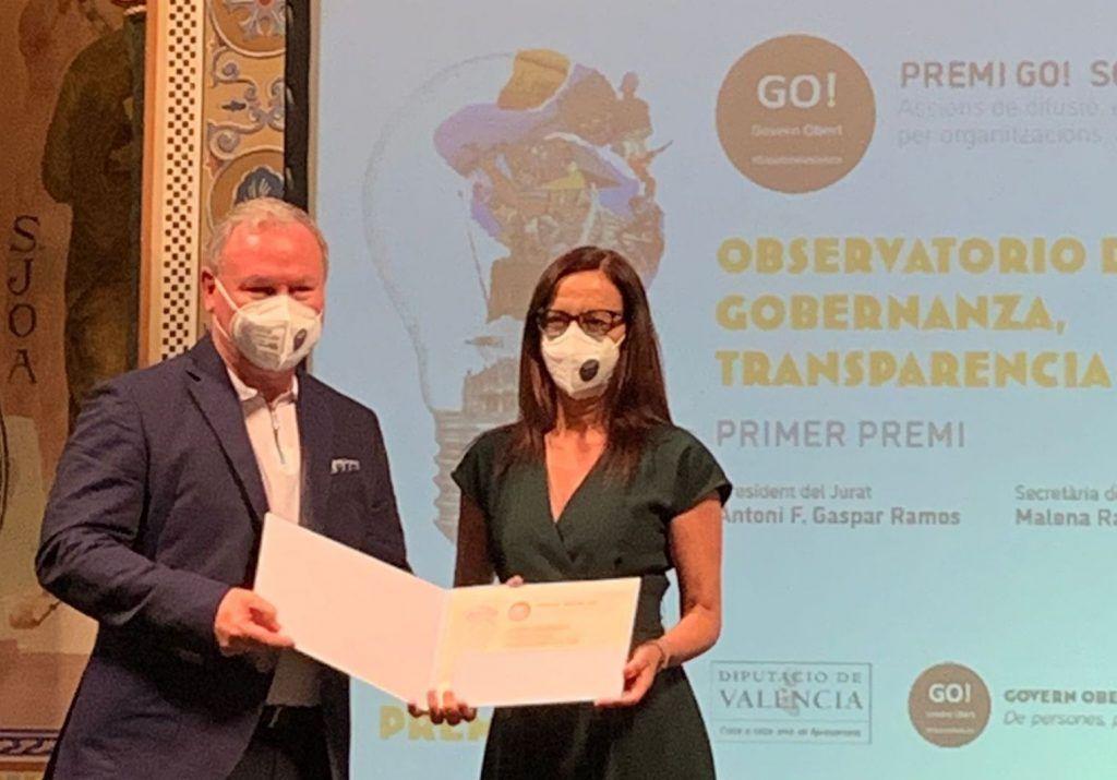 Hugo Aznar, Co-Director del Observatorio, recoge el premio en nombre del equipo