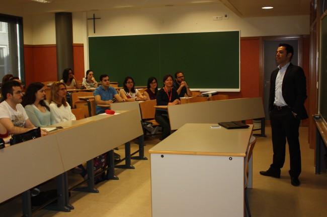 Eduardo Mulas impartiendo una conferancia a los alumnos de primero de Derecho