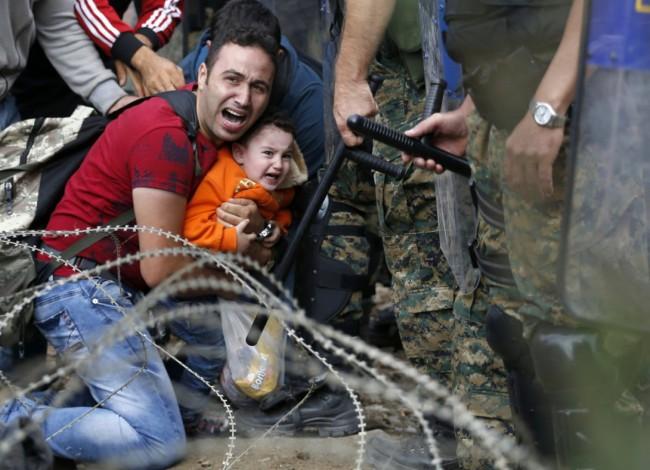 Un padre y su hijo custodiados por la policía. Fuente: guioteca.com