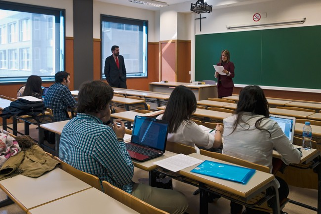 Beatriz Selva y Álvaro Manzana impartiendo la 3ª sesión de Prácticas Integradas a los alumnos de Derecho de la CEU-UCH