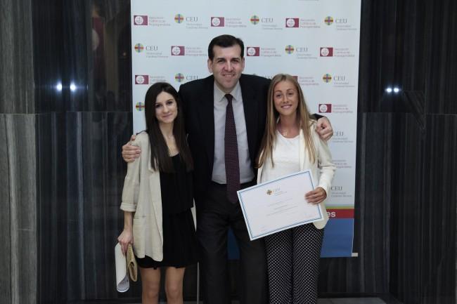 Loyola García Cueco y Natalia López Paricio, Premios Extraordinarios Fin de Carrera del grado en Derecho, junto al Decano, Joaquín Marco Marco