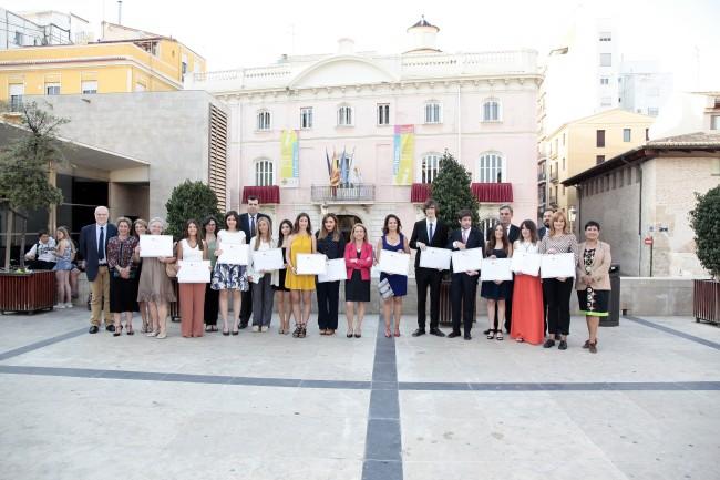 Loyola y Natalia, junto a Rosa Visiedo, Rectora de la CEU-UCH y el resto de premiados de otras titulaciones, en el Palacio de Colomina