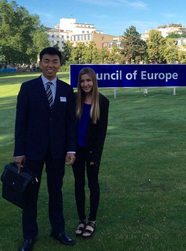 Zitan Peng y Belén Juste, alumnos de la CEU-UCH en la sede del Consejo de Europa, Estrasburgo