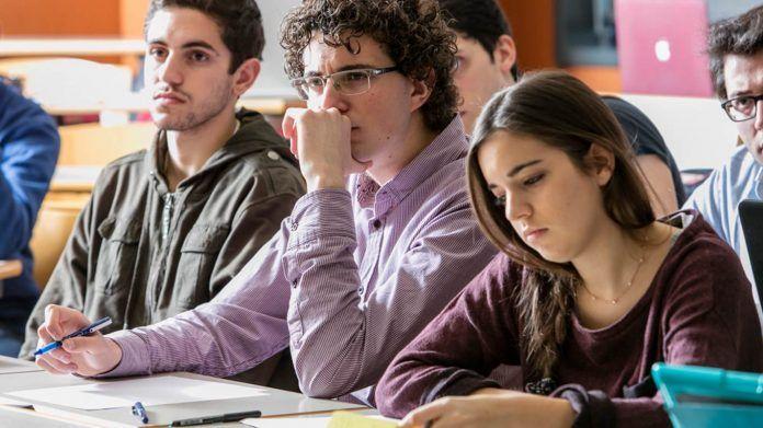 Estudiantes de Derecho en la CEU UCH