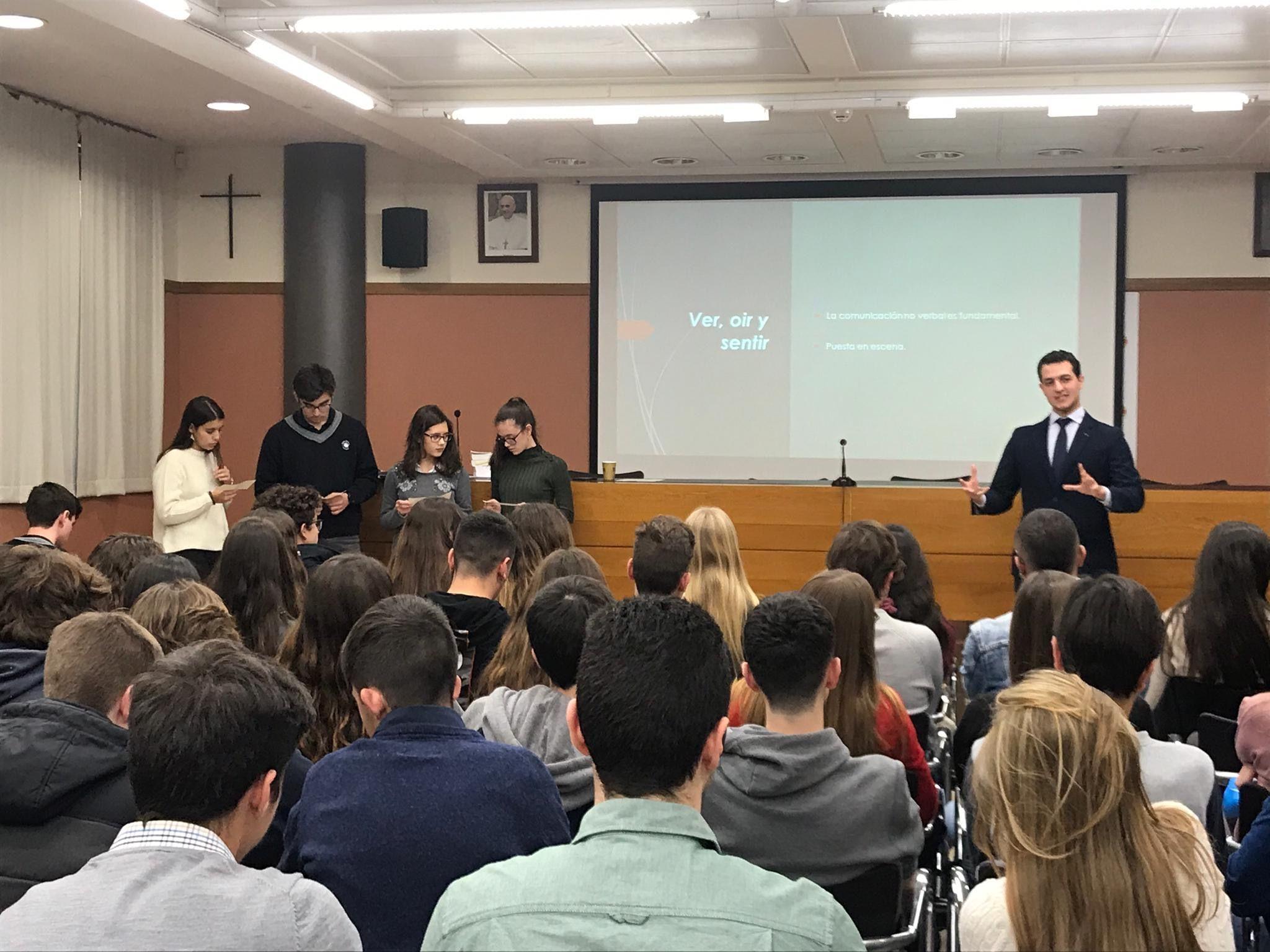 Explicación de Daniel Torres durante la sesión y participación de los alumnos.