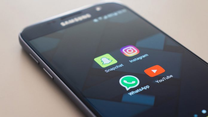 Un teléfono móvil con acceso a redes sociales