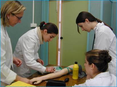La Dra. Peyró en una clase de simulación con sus estudiantes