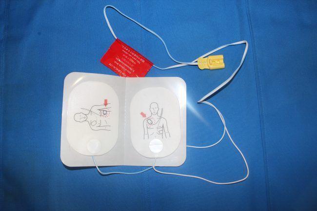 """Electrodos de desfibrilación DESA. Indican con un dibujo si se coloca en la zona del APEX o en la del ESTERNUM. La tecnología ha diseñado ya electrodos """"apolares"""" para minimizar el tiempo."""