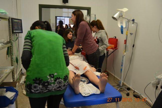 Alumnas del Máster en Cuidados de Enfermería realizando RCP a un sujeto que, tras síncope recuperado y dolor torácico, evoluciona a fibrilación ventricular y se procede con el algoritmo de ritmo de parada desfibrilable.